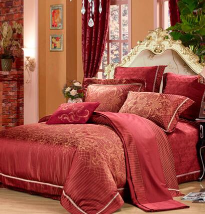 恐龙家纺婚庆床品精选中国红,欧式卷草纹经典而浪漫;凤尾元素表达出新人对美好生活的深深祝福;网状斑点的花型让整体更显立体;选用大提花面料,让花型更显逼真;高支高密纯棉面料,柔软舒适、亲肤透气;床盖边的装饰带设计细腻而富有立体感,整体高贵大气,精致之美;绗绣与翼边采用相同图案不同的表现手法,呼应又有层次感。